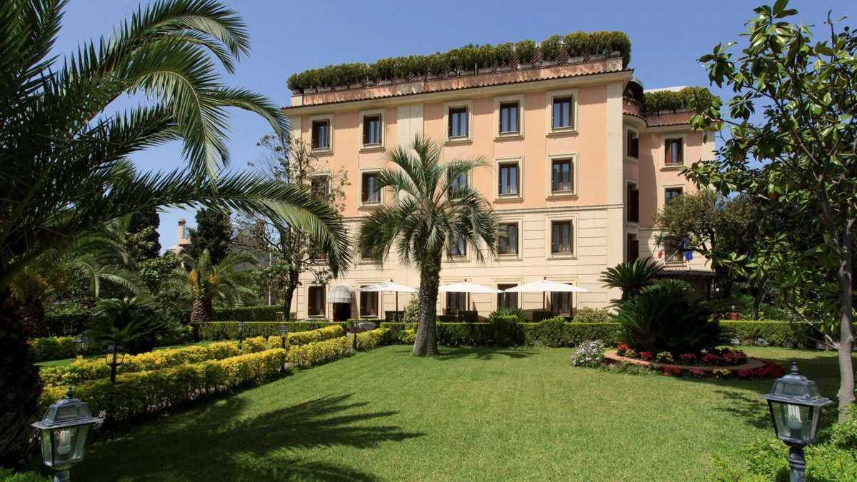 Loro in albergo e i poveri italiani bisognosi perstrada